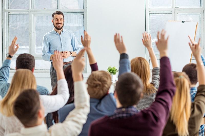 מרצה מסביר לסטודנטים איך לבחור נושא לעבודת סמינריון