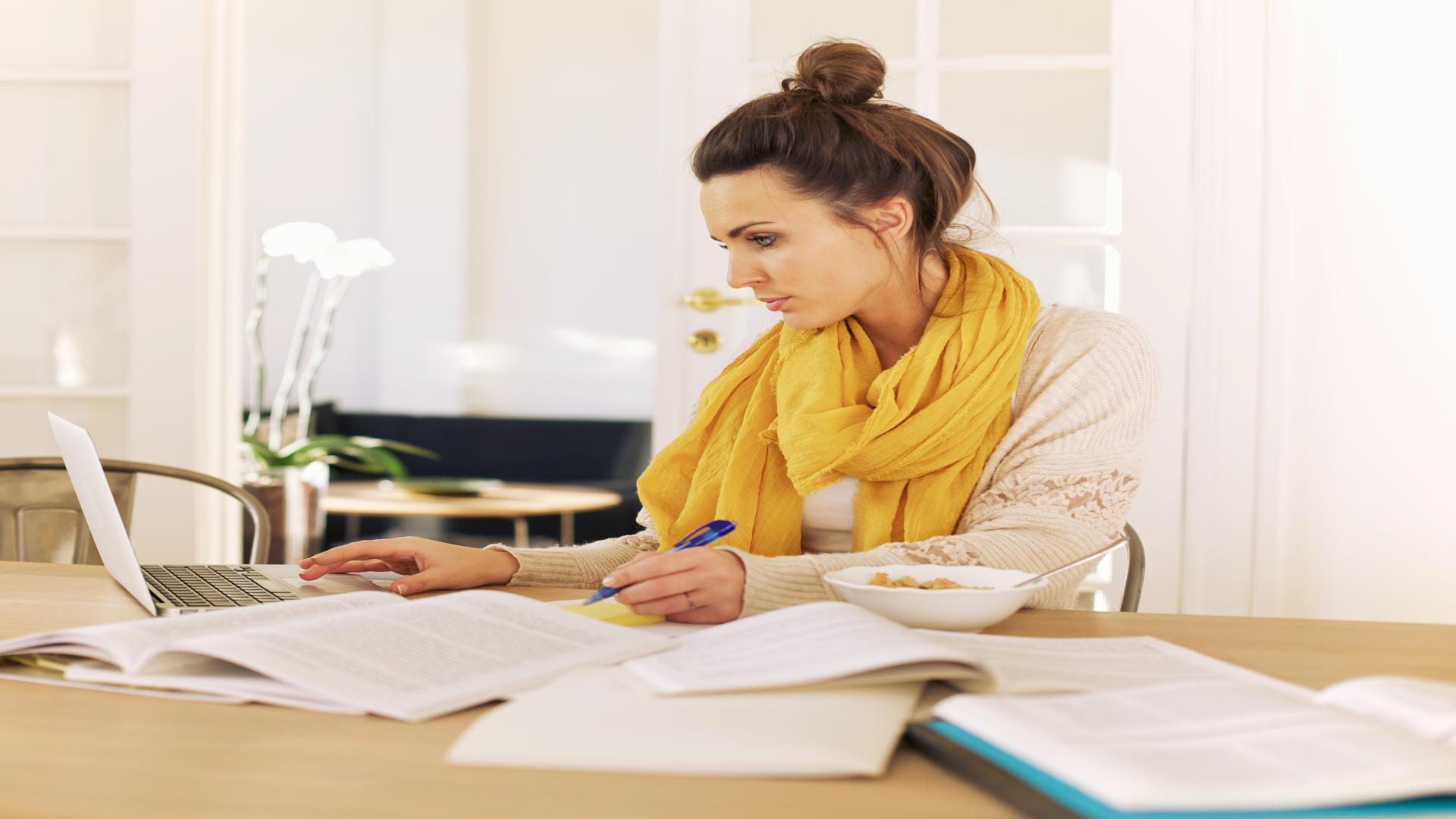 סטודנטית באמצע כתיבת סמינריון