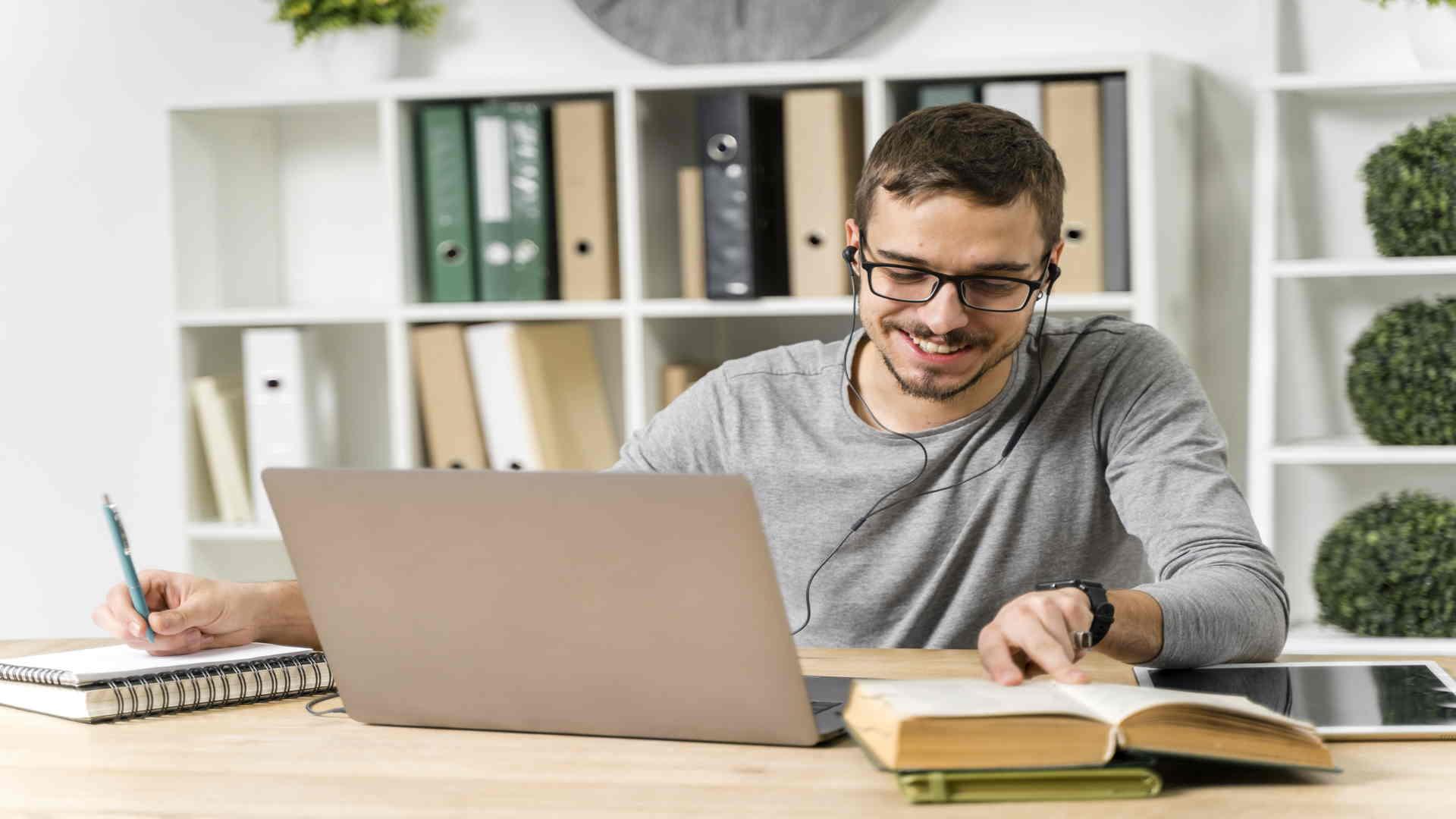 סטודנט באמצע עריכת עבודות אקדמיות